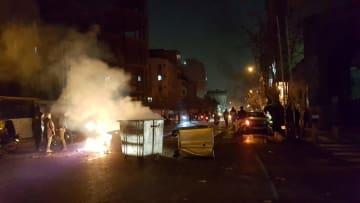 イラン・テヘランでデモを行う人々。ソーシャルメディアに掲載された写真=12月30日(ロイター=共同)