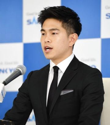 記者会見で、現役引退を表明する井岡一翔=31日夜、横浜市内のホテル