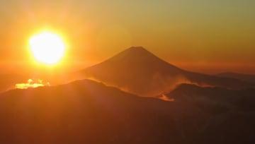 全日空の遊覧チャーター便で長野県上空から見た富士山と初日の出=1日午前6時55分ごろ