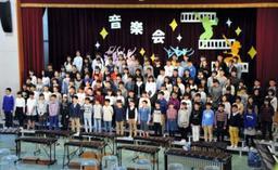音楽祭の締めくくりに「みえない翼」を歌う6年生たち=こうべ小学校