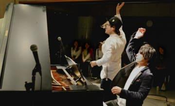 鍵盤男子の中村匡宏さん(左)と、大井健さん