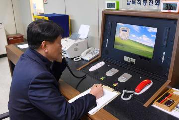 再開した南北直通電話で北朝鮮側と通話する韓国の担当者=3日、板門店(韓国統一省提供・共同)