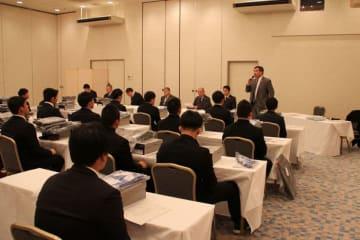 3日の結団式であいさつする専門部の千葉裕司理事長