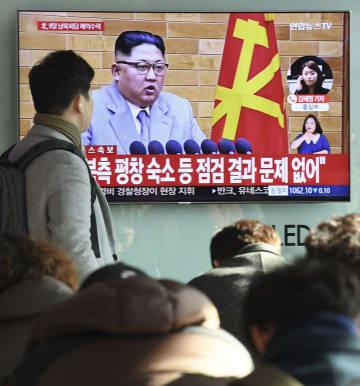 5日、北朝鮮が南北高官級会談に同意したニュースを報じるソウル駅の街頭テレビ(共同)