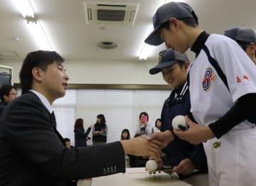 地元少年野球チームの小学生たちと交流する大瀬良投手(左)=大村市役所
