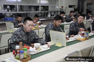 空自第42警戒群の基地内食堂で「空上げ」を食べる空自隊員=2017年12月下旬、むつ市大湊
