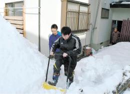 1人暮らしの高齢者宅で除雪に汗を流す学生たち