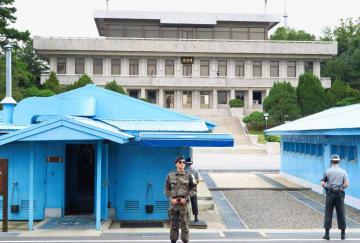 南北軍事境界線がある板門店で警備する韓国軍の兵士。奥は北朝鮮側=2017年9月(共同)