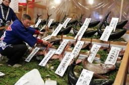 新鮮なブリやタイを飾り付ける神戸水産物卸協同組合の組合員ら=神戸市兵庫区西柳原町