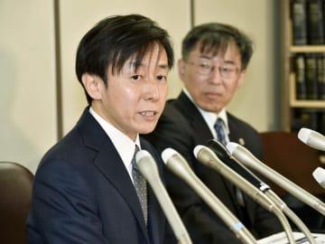訴訟について記者会見するソフトウエア開発会社「サイボウズ」の青野慶久社長(左)=9日午前、東京・霞が関の司法記者クラブ