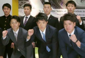 オリックスの球団寮に入り、ポーズをとるドラフト1位の田嶋(前列中央)ら=大阪市