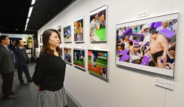 「ニコンプラザ大阪 THE GALLERY」で始まった関西スポーツ紙カメラマン写真展=11日午前、大阪・梅田