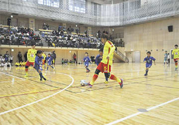 富士森体育館で行われた新春フットサル大会の開会式後、子どもらと戦ったファイルフォックスの選手
