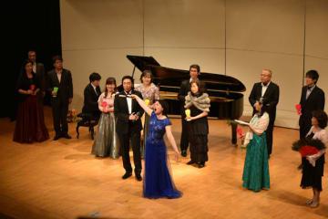 声楽家2人と市民が共演し、オペラの劇中歌を披露したコンサート