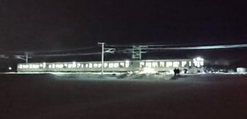積雪のため動けなくなったJR信越線の電車=12日午前1時10分、新潟県三条市