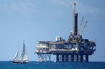 米カリフォルニア州ハンティントンビーチ沖にある石油掘削施設(ロイター=共同)