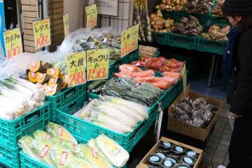 カットしたハクサイなどが並ぶ店頭=長崎市、香月商店
