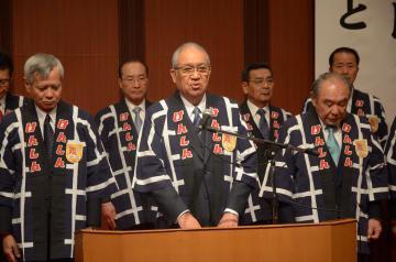 県信用組合の新年会であいさつする渡辺武理事長(中央)=大洗町磯浜町