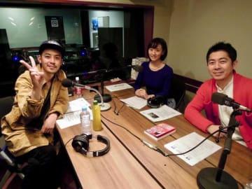 キングコングの西野亮廣さん(左)と、パーソナリティの高須光聖(右)とTOKYO FMアナウンサーの中村亜裕美