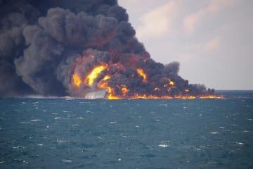 鹿児島県・奄美大島の西の日本のEEZ内で、タンカーから上がる炎と黒煙=14日(第10管区海上保安本部提供)