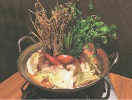 思わず写真を撮りたくなる「国産牛モツのトマト仕立て」(1人前1706円。注文は2人前から)。ヨーロッパでは、ホルモンとセリ科の野菜はポピュラーな組み合わせなのだとか