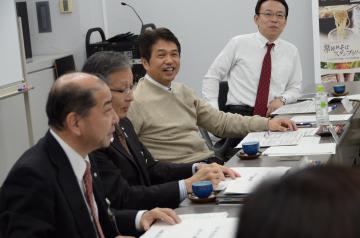 新たな政策づくりに向け、県職員との「フリーディスカッション」を重ねる大井川和彦知事(右から2人目)=2017年11月30日、県庁会議室