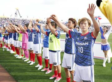 昨年5月のJ1第11節の甲府戦で勝利し、サポーターにあいさつする斎藤(右端)ら横浜Mイレブン=ニッパツ球技場