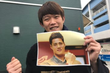 オフに自主トレを共にするマーリンズ・チェンの写真を手に持つロッテのチェン・グァンユウ【写真提供:千葉ロッテマリーンズ】