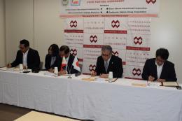 協定書に署名する法官理事長(右から2人目)ら