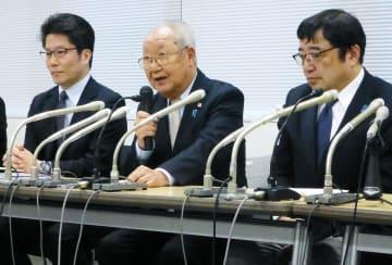 記者会見する拉致被害者家族会の飯塚繁雄代表(中央)ら=21日午後、東京都内