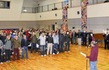 「ガンバロー三唱」で気勢を上げる飽田地区の住民たち=熊本市南区