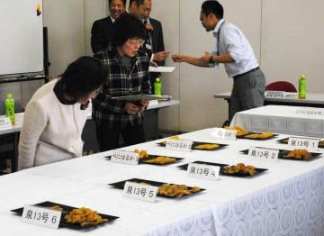 目揃え・求評会で高級干しイモの出来栄えをチェックする出席者たち=那珂市福田
