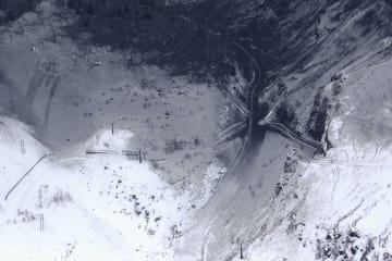 草津白根山の本白根山が噴火し、火山灰に覆われたスキー場のゲレンデ=23日午後0時11分、群馬県草津町(共同通信社ヘリから)