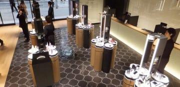 外国人観光客向けの1階。床の模様やテーブルに花椿が隠れています