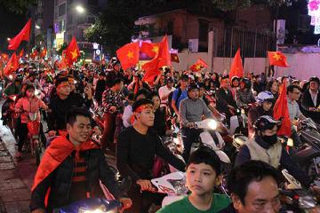 ベトナム代表の決勝進出を祝い、多くの人が街に繰り出した=23日、ハノイ
