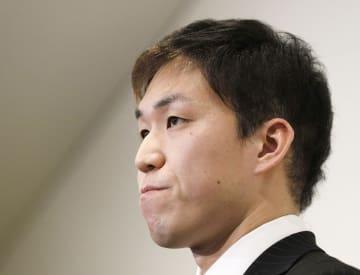 暴力問題発生後、初めて公の場で報道陣の取材に応じる競泳の小関也朱篤選手=24日午後、大阪府八尾市