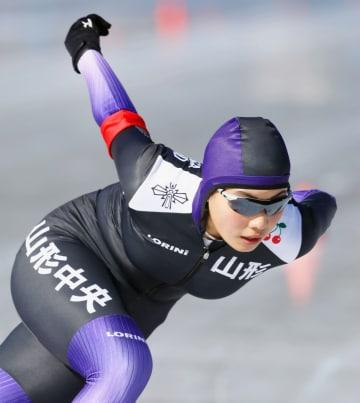 女子1000メートルで優勝した山形中央・小坂凜=富士急ハイランドセイコオーバル