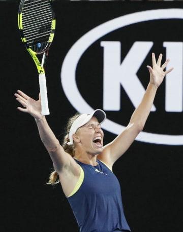 女子シングルスで優勝し、喜ぶキャロライン・ウォズニアッキ=メルボルン(ロイター=共同)