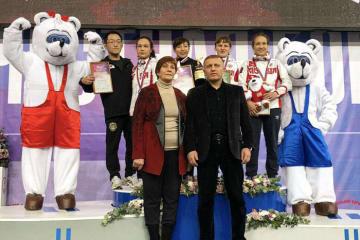 国際大会2大会連続優勝の宮原優(中央、博報堂DYスポーツ)=チーム提供