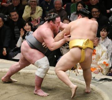 栃ノ心(左)が押し出しで遠藤を破る=両国国技館