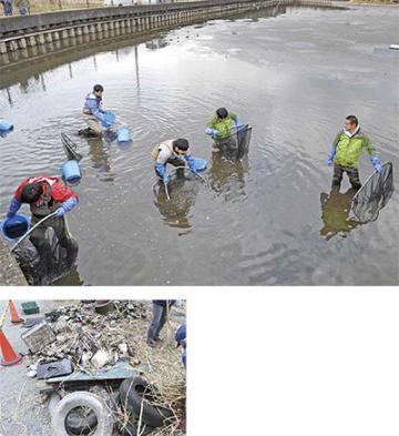 外来生物などの捕獲を行う県職員ら(上)と、回収された不法投棄物
