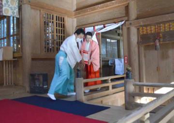 高千穂神社本殿からこま犬に模した箱を避難させる職員