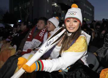 平昌冬季五輪の聖火リレーに参加し、トーチにサインしたフィギュアスケーターの安藤美姫さん=29日、韓国・春川(共同)