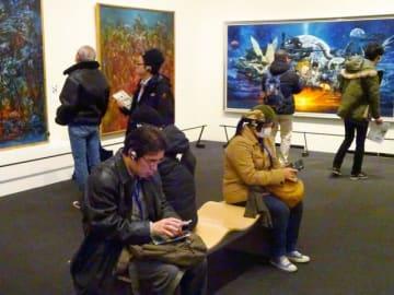 平日にもかかわらず来場者でにぎわった故・生賴範義さんの作品展=29日午後、東京・上野の森美術館