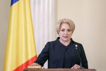 29日、ルーマニア・ブカレストで首相就任の宣誓をするビオリカ・ダンチラ氏(ロイター=共同)