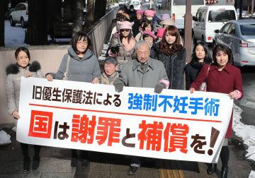 旧優生保護法を巡り国に損害賠償を求め、仙台地裁に向かう原告側弁護団=30日午前