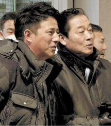 平石ヘッドコーチ(左)と共に新人の合同自主トレを見守る梨田監督=18日、楽天生命パーク宮城