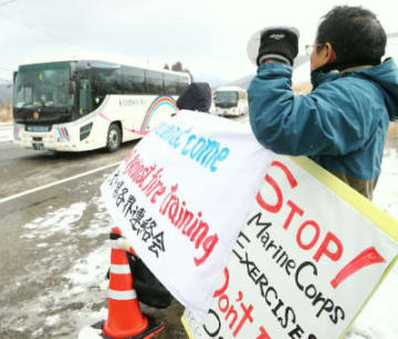 住民らが抗議する中、演習場に到着する在沖縄米軍を乗せたバス