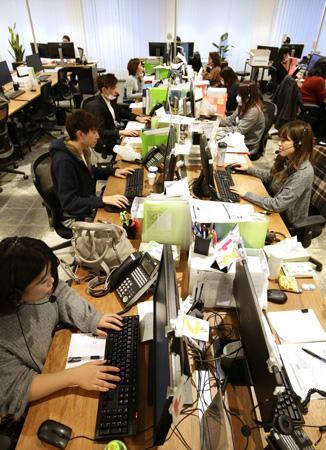 僧侶と客をつなぐ24時間対応のコールセンター。インターネットで検索して問い合わせをしてくる人が多いという(大阪市西区)