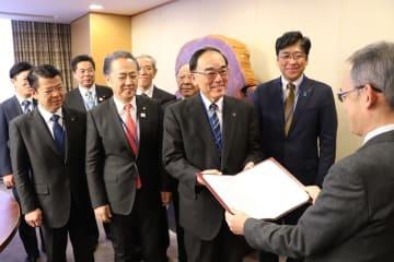 三浦按針の大河ドラマ化を要望する4市の市長ら=NHK放送センター